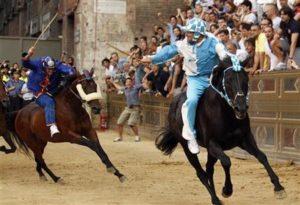 伊シエナ伝統の競馬レース「パリオ」、町全体が興奮の渦に