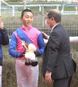 mnewsplus 1614995243 101 300x334 - 【競馬】小沢大仁騎手(18)が阪神1Rで初騎乗初勝利 史上47人目