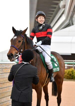 mnewsplus 1616224293 1701 300x420 - 【レース】フラワーC(中山・G3) 好位追走ホウオウイクセル(丸田)直線早め先頭押し切って重賞初制覇!3歳牝馬戦線に名乗り