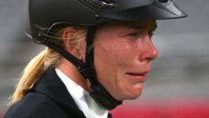 mnewsplus 1628347795 2301 300x169 - 【東京五輪】抽選で選ばれた馬をコントロールできず選手が号泣 コーチが馬を殴り大会から追放 近代五種