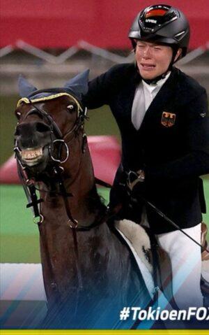 mnewsplus 1628347795 2801 300x479 - 【東京五輪】抽選で選ばれた馬をコントロールできず選手が号泣 コーチが馬を殴り大会から追放 近代五種