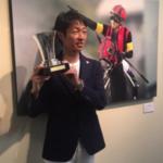 空港手荷物検査官「何だ、これは?」 武豊「イスパーン賞の優勝トロフィー」