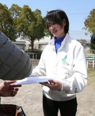 keiba 1489161337 102 327x400 - 美浦トレセンの厩舎見学ツアーが今年も菜七子ちゃんのいる根本厩舎