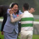 【画像】デムーロ騎手と喜び合うキセキのオーナー石川達絵氏
